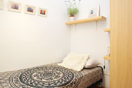 Room + workshop In the artistic heart of Barcelona, surrounded by the most prestigious art galleries, museums, etc!  A typical apartment in the Eixample, very well preserved. Very inspirational, quiet, perfect for study and artistic creation.