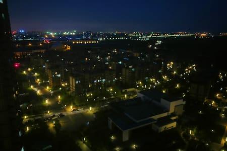 大学城最高档小区 地铁站开车3分钟 朝阳房间 紧邻辽大 楼下公园 新洗的床上三件套 方特5.8km - Leilighet