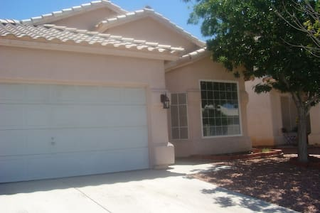1 bedroom with Garage Parking in 3 Bedroom House - North Las Vegas - Haus
