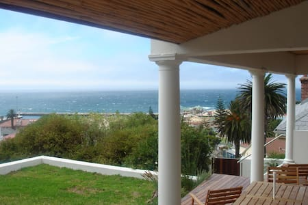 Sea view holiday home overlooking Kalk Bay - Hus