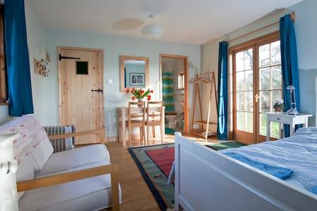 Peaceful, wooden garden cabin - Kabin