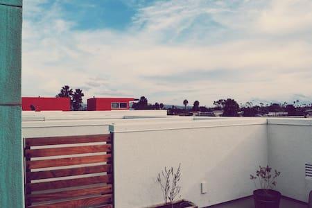 Modern loft style living by beach - Costa Mesa - House