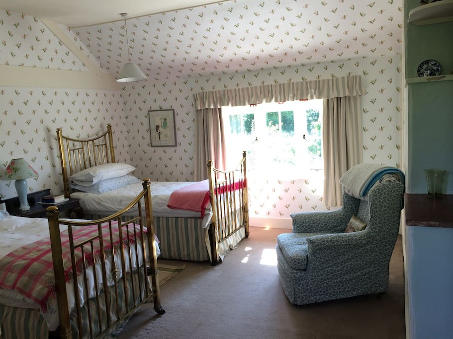 Cosy bedroom with  a lot of natural light and twin brass beds. Ideal for children or 'Just Friends'.