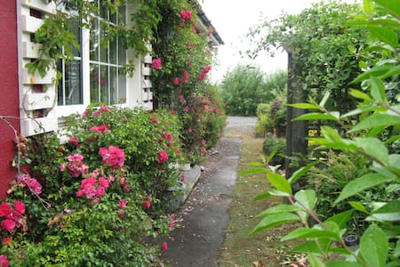 Charming Country Cottage Louisburgh - Louisburgh
