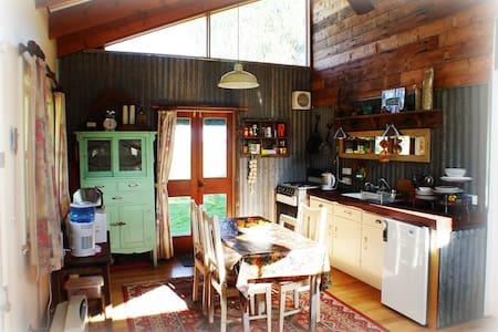 The Shack - a rustic, rural retreat - Riverside, Horsham - Casa