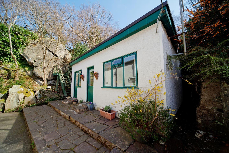 Nestled in the heart of the Ogwen Valley, 10 mins from Llyn Ogwen,The Carneddau,  Glyderau, Cwm Idwal and  20 mins from Llyn Padarn, Llanberis & Mt. Snowdon