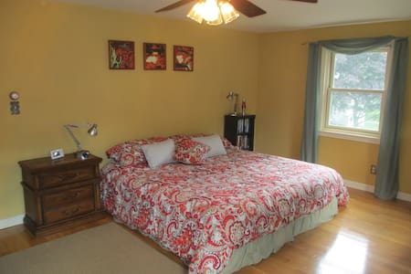 Great Quiet Location, King Bed, A/C