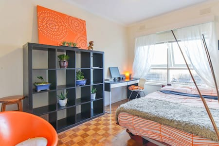 Top floor beach apartment with private double bed room, unlimited wifi internet, car space, storage, heating/cooling plus access to bathroom, kitchen & all living areas. Next to the beach, shops, parks, public transport & popular hot spot St Kilda!