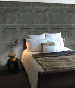double bed with en suite - Hus