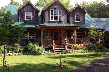 Small cozy room, fresh and bright with views of the wooded (ideal for a couple with a baby) in a spacious house timberframe. Feel the rhythm of our daily family life. Enjoy our lake access, 12 minutes from Magog.