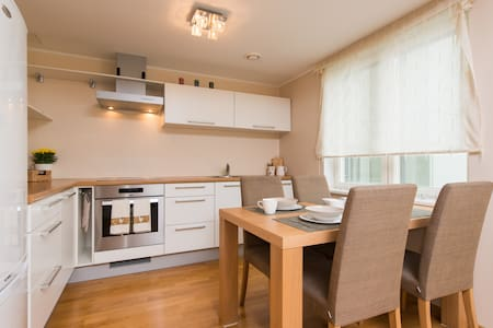 Modern Central apartment, free parking, balcony - Apartment