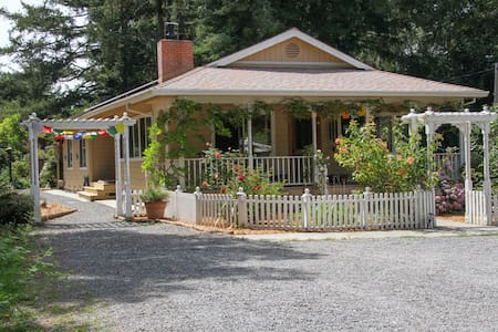 Redwood Cottage, Pet Friendly, Hot Tub, 6.5 Acres - Chalet