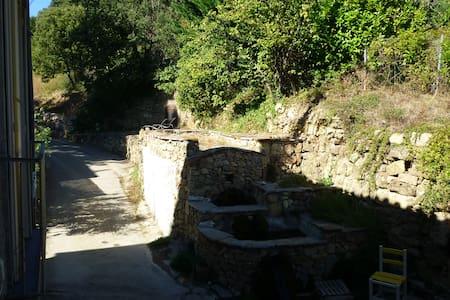dans village paisible sur circuits de randonnées - House
