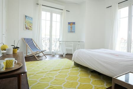 Spacious double bedroom very center