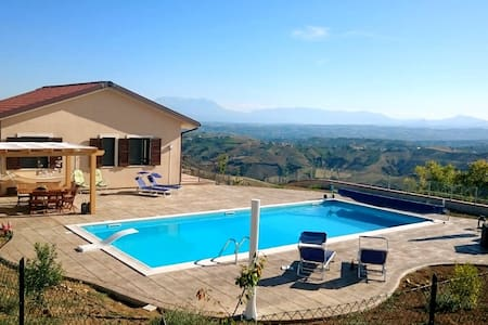 Modern villa, with heated pool. - Colle Petitto - Villa