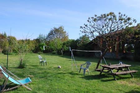 Maison conviviale, jardin loisirs et rivière - Hus