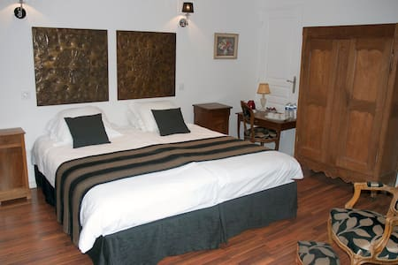 Spinning Bed and Breakfast Luxury - Saint-Quentin