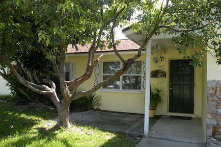 Adorable home 2 blocks from Beach - Indialantic - Ház