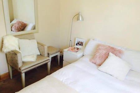 Cozy room in nice & quiet area - Casa
