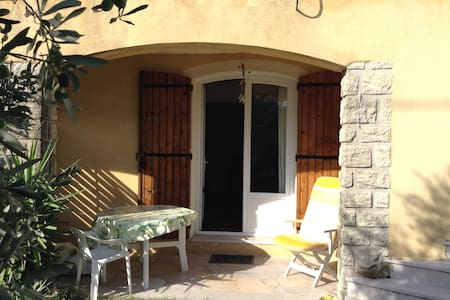Top 20 des location villa vacances salon de provence for Yoga studio salon de provence