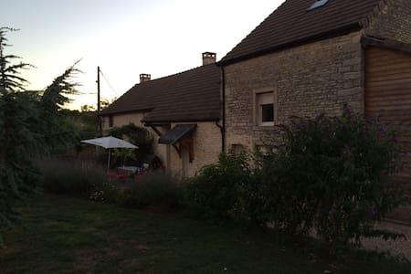 Maison en pierre dans village calme - Demigny - Hus