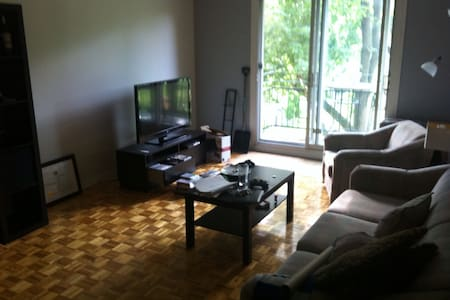 Room in a 4 1/4 appartment in a calm aera Access to Mtl easy by bus and subway