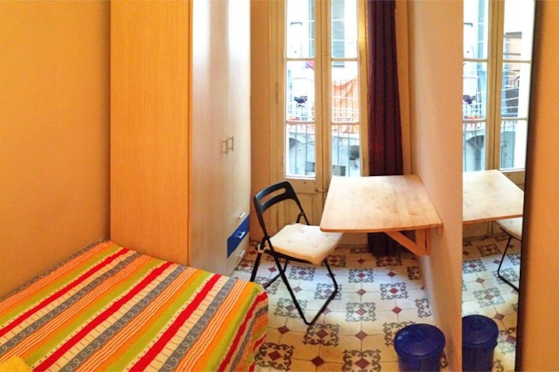 Pretty single room in center of Barcelona