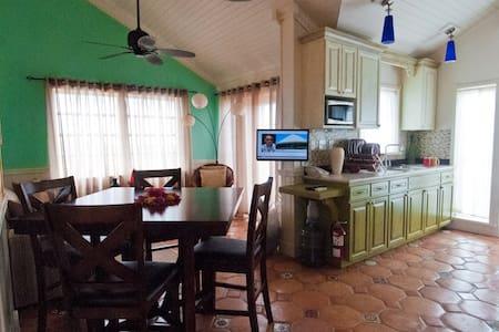 1 bedroom apt -hilltop 360° views - Apartment