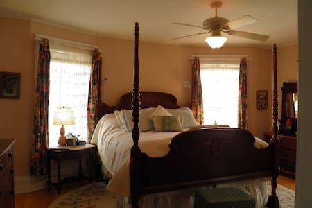 Como Lake B and B: Ericsson Suite - Saint Paul - Bed & Breakfast