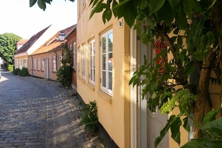 RIBEHUSET: CHARMING PRIVATE APPARTMENT 1.FLOOR - Pousada