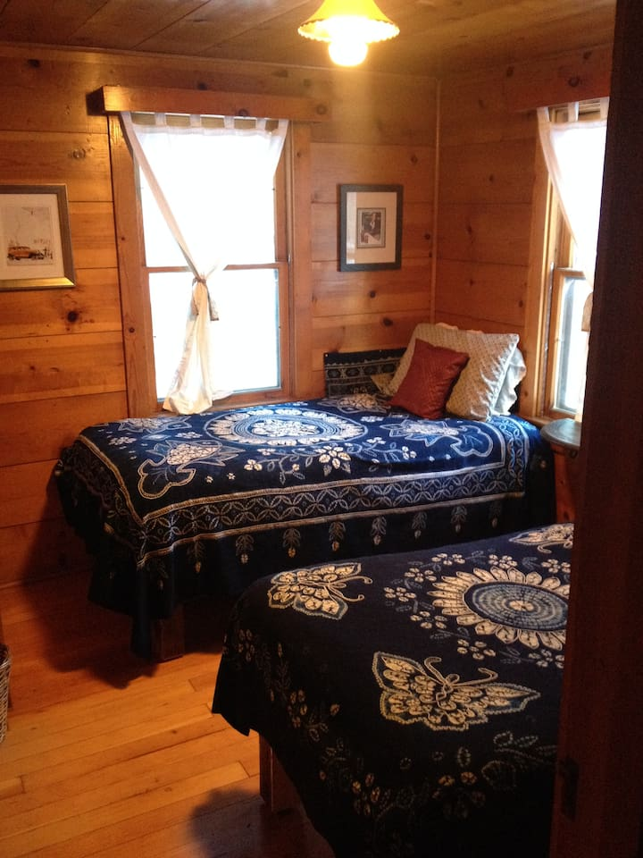 Twin bed room at Reindeer Cottage, Wrightwood.