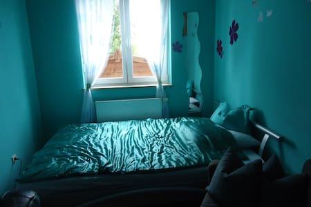 Möbliertes Zimmer mit Doppelbett (2mx2m),TV, WLAN - Apartamento