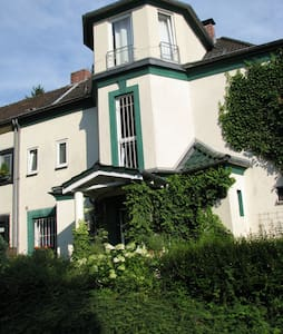 großzügiges Zimmer in alter Villa - Bergisch Gladbach