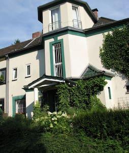großzügiges Zimmer in alter Villa - Villa