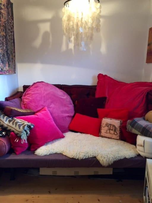 Gäste-Schlafsofa  180 x 140 / Kissen können im Schlafzimmer deponiert werden