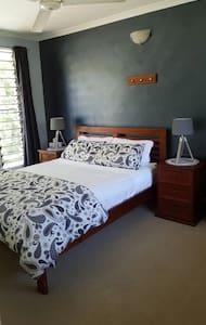 Fannie Bay - Queen bedroom with resort pool - Fannie Bay - House