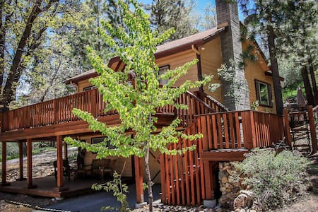 Secluded & Clean Retreat~Outdoor Spa~Great Yard/Deck~Washer/Dryer~Fireplace~ - Big Bear City - Ev