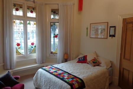 Delightful room + bath near vibrant Chapel Street - Ev
