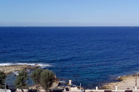 Sea-front Double Bedroom + Bathroom - Sliema - Lejlighed