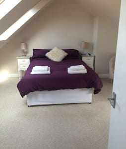 Lovely attic room in great location - Rumah