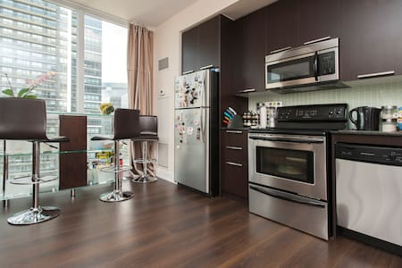 Great View, Location + Free Parking - Toronto - Condominium