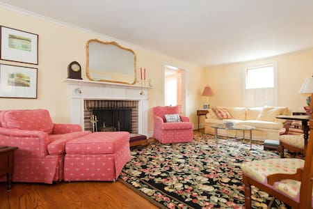 Lovely New England Cape Cod!  - West Hartford - Hus