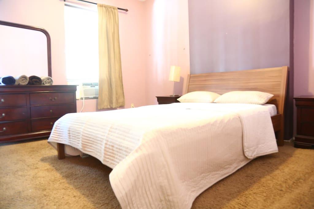Main bedroom w/Queensize bed