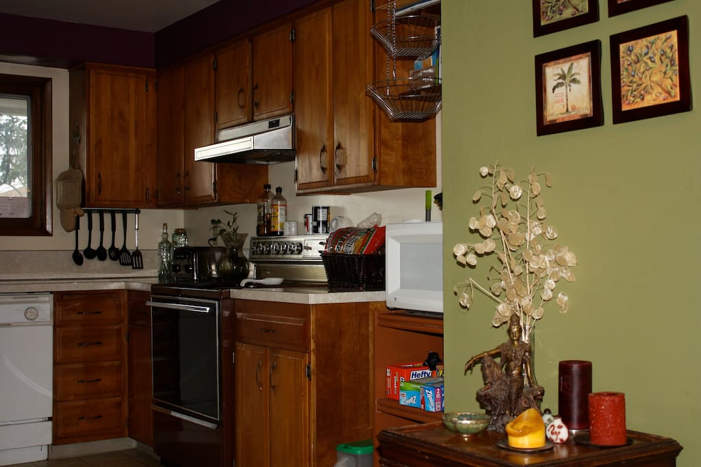 Shared kitchen with all the usual amenities. Cereal, almond milk, 2 kinds of breads and fruit provided for you in the mornings. Help yourself!
