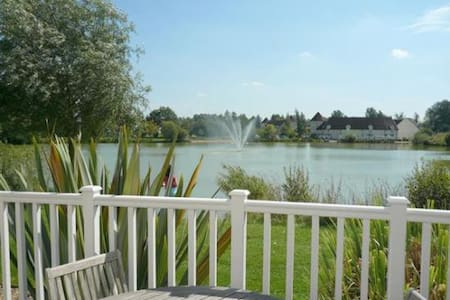 Lake side location on gated estate - Huis