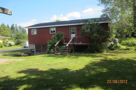 Rustic Red Retreat on Cabot Trail, Ingonish, NS - Ingonish - Zomerhuis/Cottage