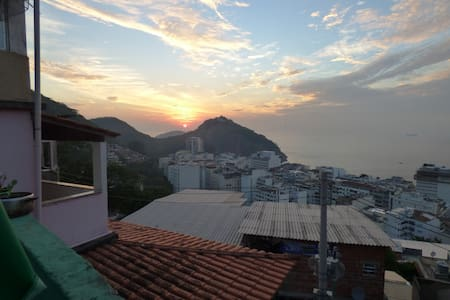 The house, named Espaço Jardim da Babilônia, is located in a quiet community on a hill behind Leme, overlooking Copacabana beach. This a double room (AC & bathroom. We now have a restaurant open at night during the weekend, with a soul brazilian food
