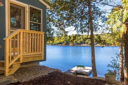 "Contemporary ""Maine Cottage"" at Lake's Edge + Dock - Lincolnville - Casa"