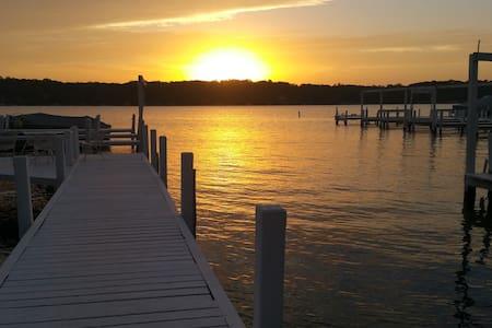 Lake Front Four Season Cottage - Williams Bay - Srub