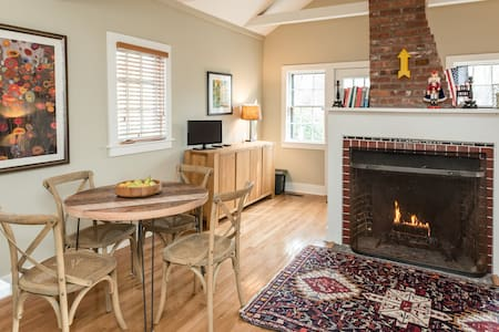 Charming renovated colonial cottage - House
